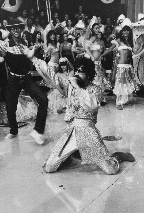 "Raul Seixas em dezembro de 1980 na ""Noite do Ali Babá"" lançando seu disco Abre-te Sésamo no Programa do Chacrinha na TV Bandeirantes."