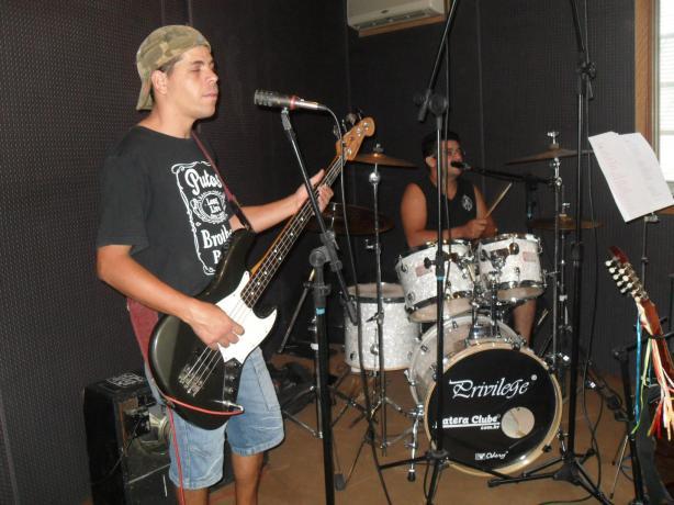 Raulzinho Márcio, baixista da Putos BRothers Band e Adriano Araújo, bateria, gravando no Gravina Estúdio, em Campinas. Abaixo, no chão, virado para a parede, o amplificador de Raulzito Rock Seixas.